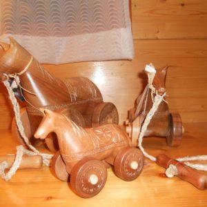 cavalli con ruote intagliati